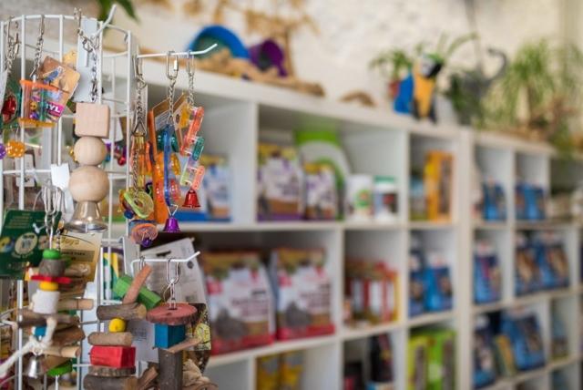 Botiga. Petita selecció de productes d'alimentació i joguines.